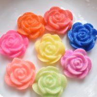 5 bông hoa hồng nở trong nước
