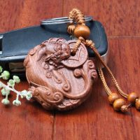 Móc khóa phong thủy tỳ hưu ngậm xu chất liệu gỗ