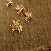 Trâm ghim cài áo tuấn mã cánh vàng đồng cao cấp Brooches